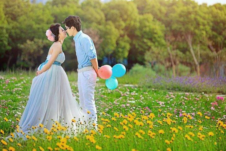 时下最流行的婚纱照风格之一即是走出拍照棚,走向野外,与自然做最